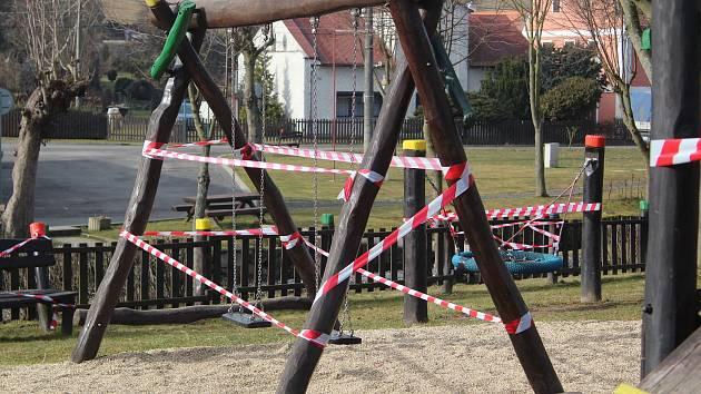 Některá města a obce přistoupily k uzavření dětských hřišť.