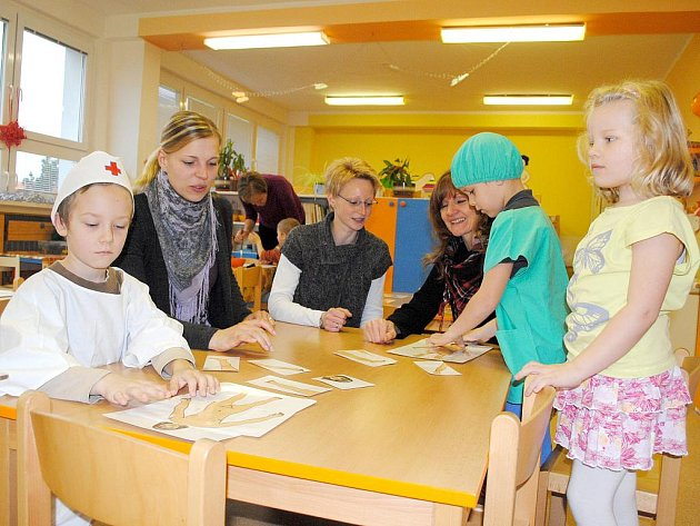 NÁVŠTĚVA. Anna Drexler, Petra Quintavalle a Gabi Köppel (zleva), tři německé učitelky, pomáhaly v chebské školce dvěma Kubíkům a Terezce při hře.