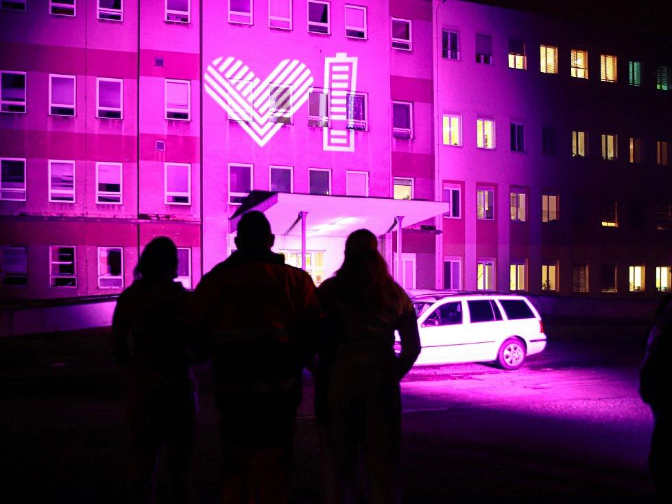"""Na výraz vděku a na podporu zdravotníkům se 27. listopadu večer v rámci dobročinné aktivity """"Světlo lékařům"""" rozsvítila budova Nemocnice Cheb."""