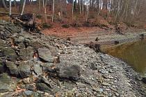 Každý rok vypouštějí vodohospodáři vodu nejen z přehradní nádrže Skalka. Při tom se lidem odhalují kouzelné scenérie, které jsou jinak celý rok pod vodou. Například hromady břidlic podél břehů přehrady anebo i staré cesty.