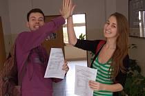 """STUDENTKA KATEŘINA měla z vysvědčení opravdu radost. Stěžovat si nemohl ani spolužák Filip. """"Pojď, plácneme si. Teď už nám zbývá jen udělat dobře maturitu a dostat se na vejšku,"""" uvedl."""