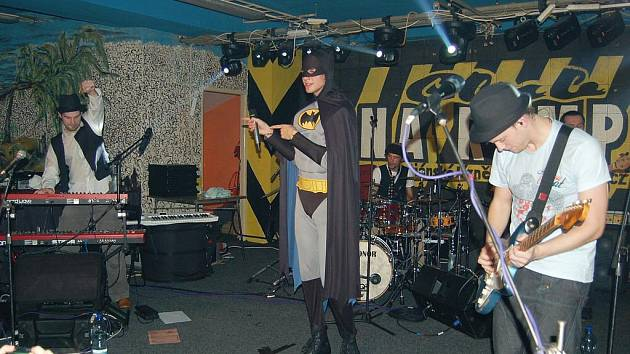 BATMAN NA RAMPĚ nebyl, ale zpěvák Vojtěch Dyk se za něj v polovině vystoupení převlékl a koncert mohl dále pokračovat.