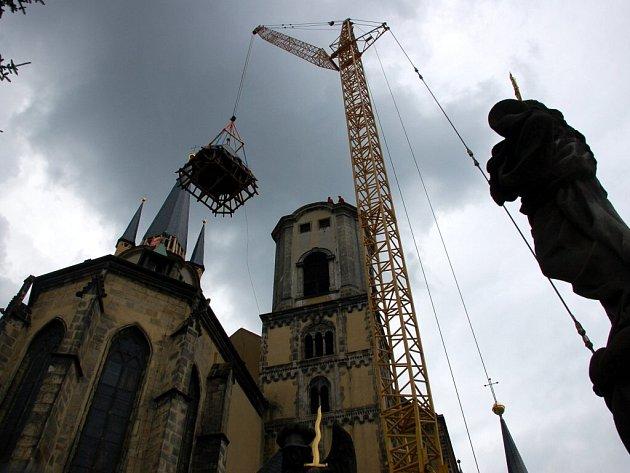 Pondělní dopoledne na obnově chrámových věží v Chebu