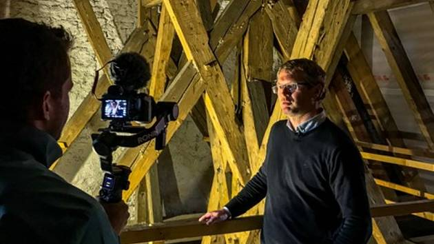 Dokument o jednom z největších zachovalých krovů v republice se v Chebu již natáčí.