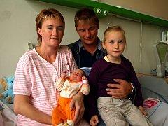 NATÁLIE KRATINOVÁ z Aše přišla na svět v neděli 14. září v 15.40 hodin s váhou 3800 gramů a mírou 52 centimetrů. Celá rodina, i sestřička Eliška, se těší až si Natálku odvezou domů do Lubů.