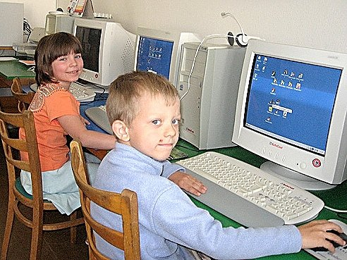 Markéta Kosnarová a Filip Holbička u počítačů v základní škole v Lipové