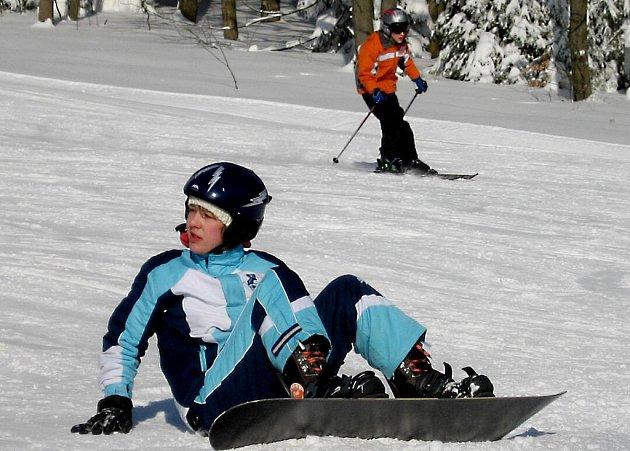 ZÁCHRANÁŘI DOPORUČUJÍ PŘILBY všem snowboardistům i lyžařům.