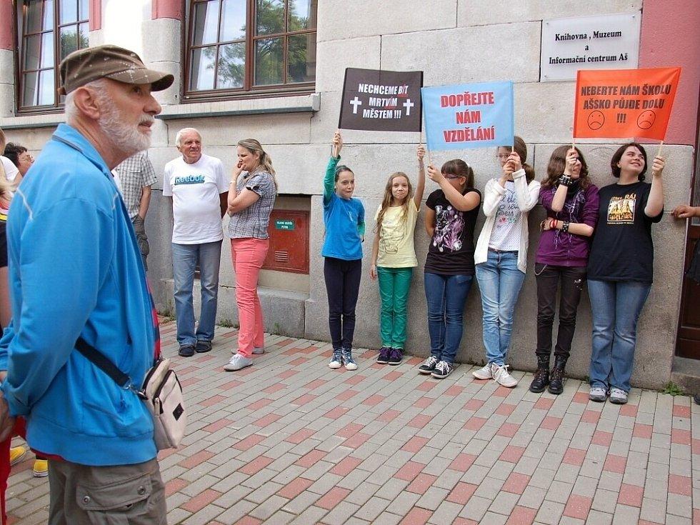 Na protestní akci proti zrušení ašského gymnázia před knihovnu v Aši dorazilo několik desítek lidí.