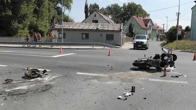 Nehoda osobního vozidla s motocyklem.