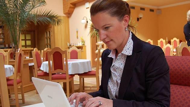 ANI PŘI OBČERSTVENÍ v chebské restauraci nedaleko náměstí Krále Jiřího Karolína Peake neopustila svoji pracovní pomůcku - notebook.