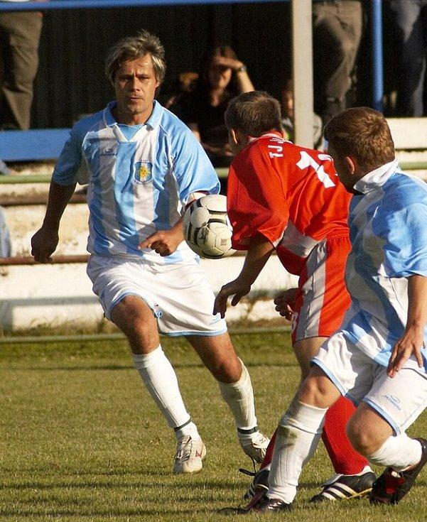 Zkušený Šebesta (vlevo) v Aši dokázal, že má svým mladým spoluhráčům hodně co předávat.