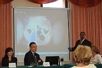 Primář urologického oddělení Said Umer (vpravo) vysvětlil při prezentaci výhody použití thuliového laseru.
