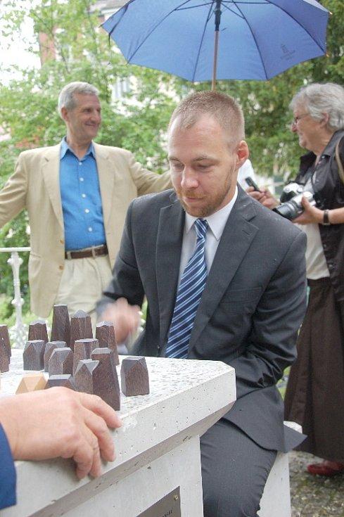 Originální šachový stolek, který je doplněný pamětní cedulkou, se nově nachází v parku v Mariánských Lázních. U stolku se nachází dvě betonové stokilové židle a celý stůl váží půl tuny.