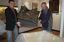 Cenné valdštejnské exponáty převezli v pondělí z chebského muzea do německého Lützenu němečtí pracovníci.  Předměty z osobního vlastnictví Albrechta z Valdštejna budou v německém městě součástí speciálního projektu o události v Lützenu v roce 1932. V zahr