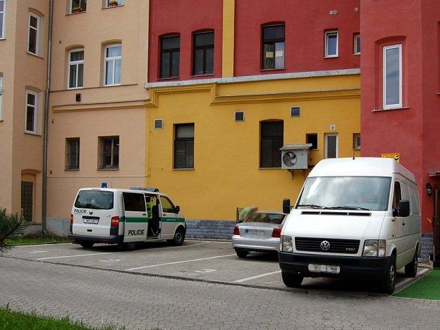 Jen policejní vůz v zadním traktu chebského hotelu Monika připomínal smutnou událost, která se zde stala. V hotelu byl nalezen mrtvý cizinec.