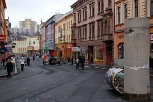 Odstraňováním laviček, květníků a plakátovacích ploch začala v Chebu rekonstrukce pěší zóny