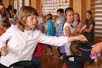 Šestnáct žáků z prvního stupně 1. základní školy v Chebu zazpívalo svým spolužákům.