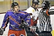 V HOKEJOVÉM UTKÁNÍ KP 1 mezi HC Cheb 2001 a HC Ostrov  zvítězili na chebském zimním stadionu hostující hráči Ostrova 7:4.