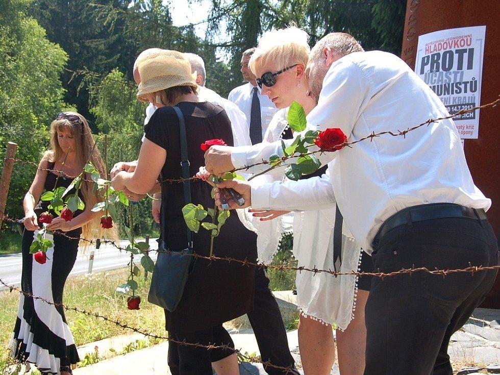 Protestní hladovku zahájili aktivisté u památníku obětem železné opony ve Svatém Kříži u Chebu.