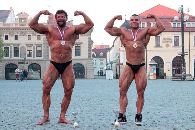 Na náměstí v Uherském Hradišti zapózovali kulturisté Michal Kičák sen. (vlevo), vicemistr mezi masters, a Michal Kičák jun., mistr České republiky v kategorii do 90 kilogramů.