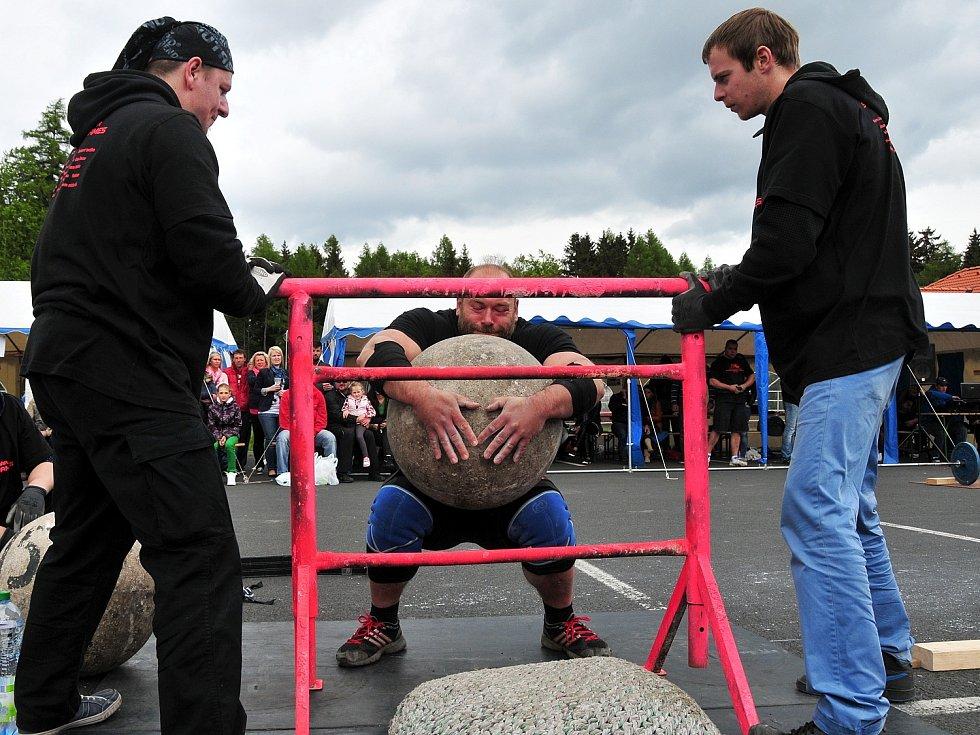 Opravdovým silákům tleskal sportovní areál na ašském vrchu Háj. Odehrál se zde Mezinárodní pohár Strongmen´s games Aš 2014.
