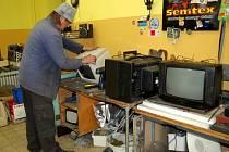 Chebské chráněné dílny Marketa Ramone, kde se rozebírají staré přístroje