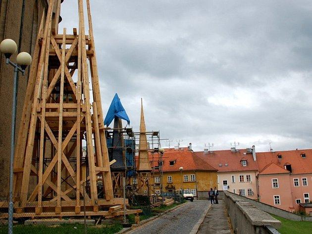 Rozestavěné nové věže chrámu svatého Mikuláše v Chebu