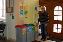 """PŘENOSNÉ NÁDOBY NA TŘÍDĚNÝ ODPAD, které věnovalo ministerstvo životního prostředí a Karlovarský kraj, předevčírem obdržel i Dům dětí a mládeže Sova Cheb. """"Projekt nám velmi pomohl,"""" říká ředitel Sovy Miloslav Šverdík."""