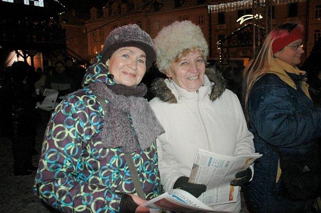 Lidé v Karlovarském kraji si společně zazpívali s Deníkem a rádiem Impuls. I na chebském náměstí se konala akce Česko zpívá koledy.