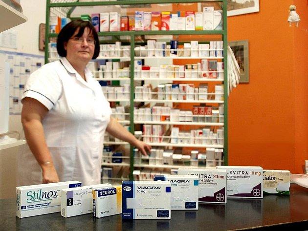 MNOHÉ MEDIKAMENTY jsou v českých lékárnách k dostání pouze na recept. Zámořský internetový obchod je  ovšem údajně za tučnou sumu pošle i bez doporučení lékaře.