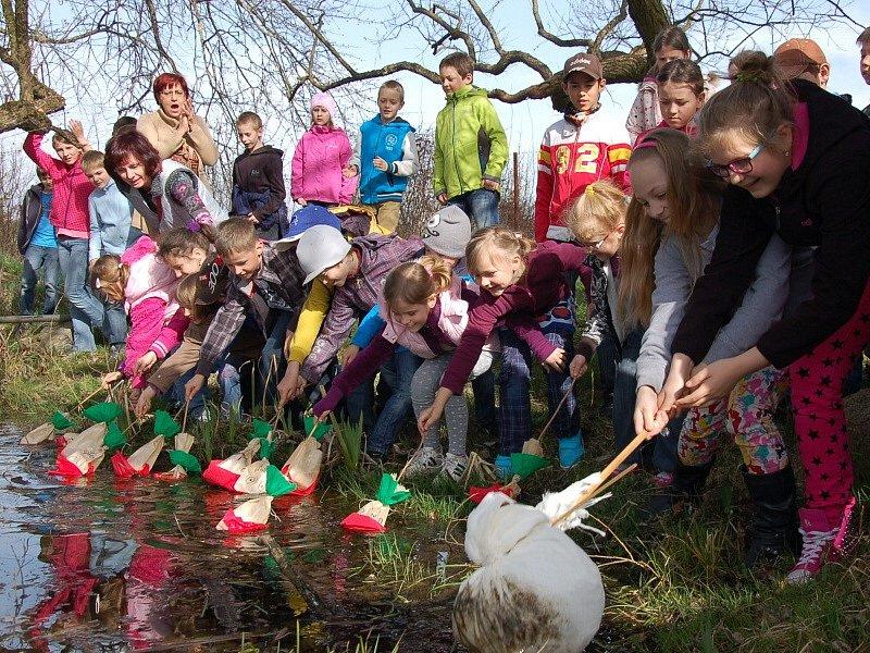 SMRTKU, znázorňující zimu, děti z Drmoulu nelítostně utopily.