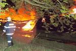 Noční zásah hasičů u požáru haly v Chebu - Hradisku