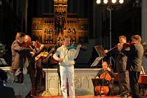 HOUSLISTA PAVEL ŠPORCL a Kolegium českých filharmoniků navštívili Cheb se svým turné Vivaldi tour. Na koncert přišlo na 350 zájemců o vážnou hudbu,což umělce potěšilo. Virtuoz navštívil Cheb už minulý rok a rád se sem vrátil.