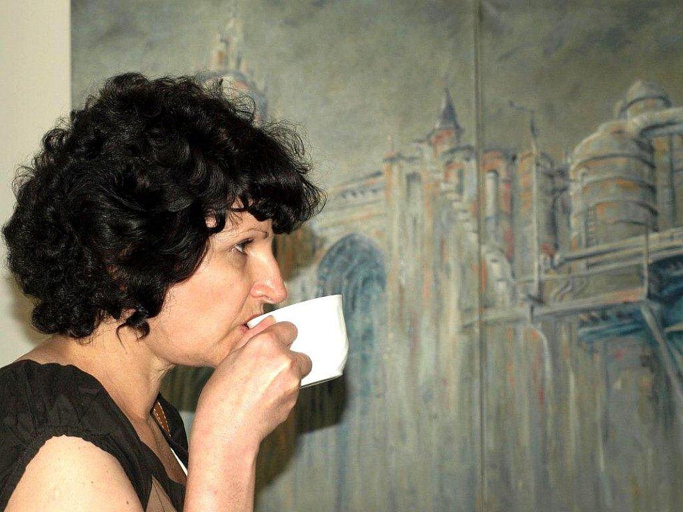 Autorkou výstavy s názvem Obrazy vážné i nevážné je pražská výtvarnice Mirka Mádrová. Výstava je k vidění ve franiškolázeňské Galerii Brömse.