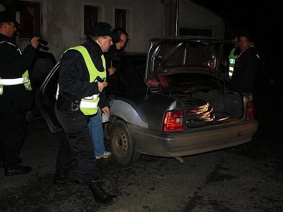 MLADÍCI VEZLI KRADENÝ KABEL z Mariánských Lázní v kufru auta. Policisté cizinecké policie jejich vozidlo v noci zkontrolovali, a na to, co vezou, přišli.  Případ teď řeší chebští policisté.
