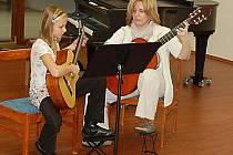 V koncertním sálku ZUŠ se odehrály Vánoční třídní předehrávky žáků ze tříd učitelek Soni Kozákové a Dany Staré. Na snímku jsou právě pedagožka Soňa Kozáková a její šikovná žákyně (kytaristka) Silva Charvátová.