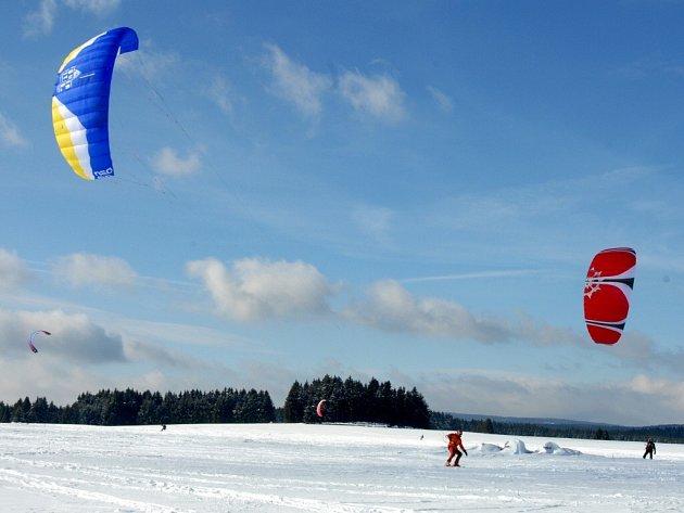 Zasněžené pláně okolo Rájova na Mariánskolázeňsku se staly rájem pro vyznavače snowkitingu.