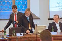 Starosta města Chebu Petr Navrátil i nadále zůstává v čele města. Ačkoliv ho chtěla opozice na mimořádném jednání odvolat kvůli obvinění v kauze ROP Severozápad.