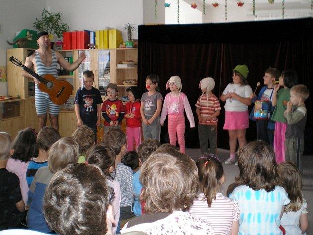 PAN POHODA přijel do chebského stacionáře, aby pobavil děti svými pohádkami.