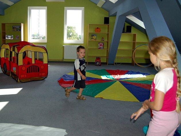 MATEŘSKÁ ŠKOLA VE SKALNÉ využívá od tohoto školního roku další třídu. Tím se kapacita mateřinky navýšila na 81 dětí. Jak konstatovala ředitelka školky, je dobře, že město Skalná na rozšíření přistoupilo.