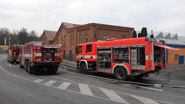 Hasiči likvidovali požár v bývalém areálu KOVO v Chebu.