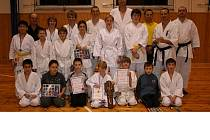 Společné foto účastníků mariánskolázeňského oddílového přeboru v karate