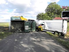Nehoda skončila na kolejích.