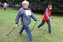 Příznivci nordic walkingu v Borském parku