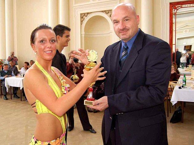 Taneční soutěž ve Františkových Lázních. S cenou pro vítěze zapózovali františkolázeňský Starosta Ivo Mlátilík a chebská tanečnice  Kristýna Osladilová.