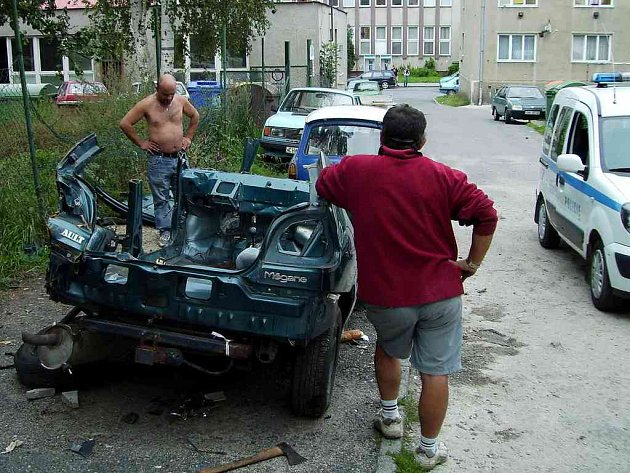 Nepovolené rozebírání vraku osobního automobilu v dvorním traktu jednoho domu v chebské Valdštejnově ulici