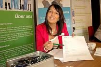 MONIKA SEUFERT z německé společnosti PKM Medical Care zájemcům pomáhala s vyplněním dotazníku.