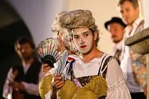 NÁDVOŘÍ HRADU SEEBERG v Ostrohu se uplynulé dva večery proměnilo v divadelní scénu.