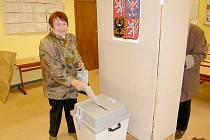 """NA PROSBU REDAKTORA Chebského deníku, zda si může voličku vyfotit u urny, odpověděla Marie Studničková bryskně a s úsměvem: """"Můžete si mne vyfotit klidně u rakve."""""""
