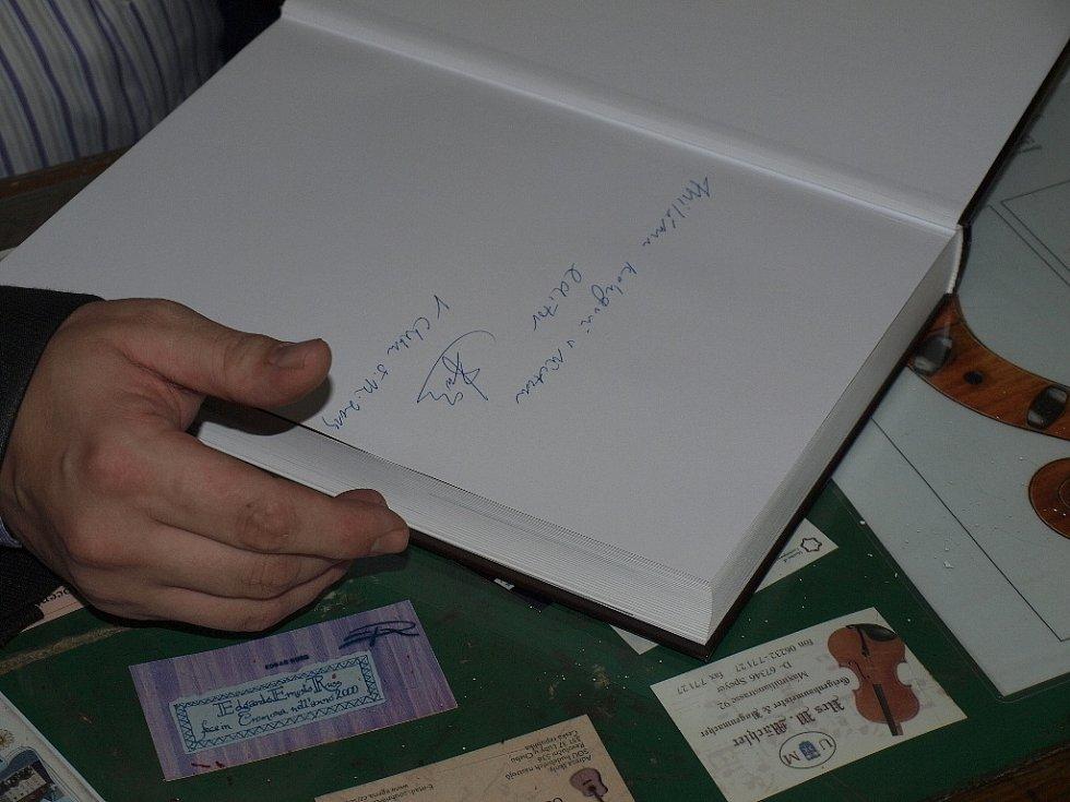 Kniha mapuje výrobu hudebních nástrojů v regionu.